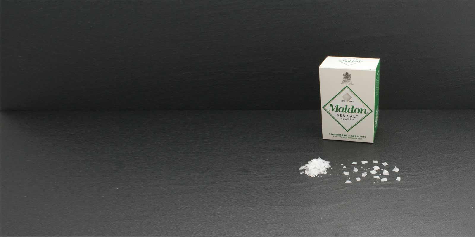 Maldon Sea Salt Flakes Kristalle Die charakteristischen, pyramidenförmigen Salzkristalle sind hauchdünn und lassen sich zum Würzen ganz einfach zwischen den Fingern zerreiben. Gewonnen wird das kostbare Salz von der Maldon Sea Salt Company, der einzigen Salzgewinnungsfirma Englands. Der kleine Familienbetrieb verarbeitet und vertreibt das Salz seit 1882. Maldon Sea Salt ist nur in beschränkten Mengen verfügbar.