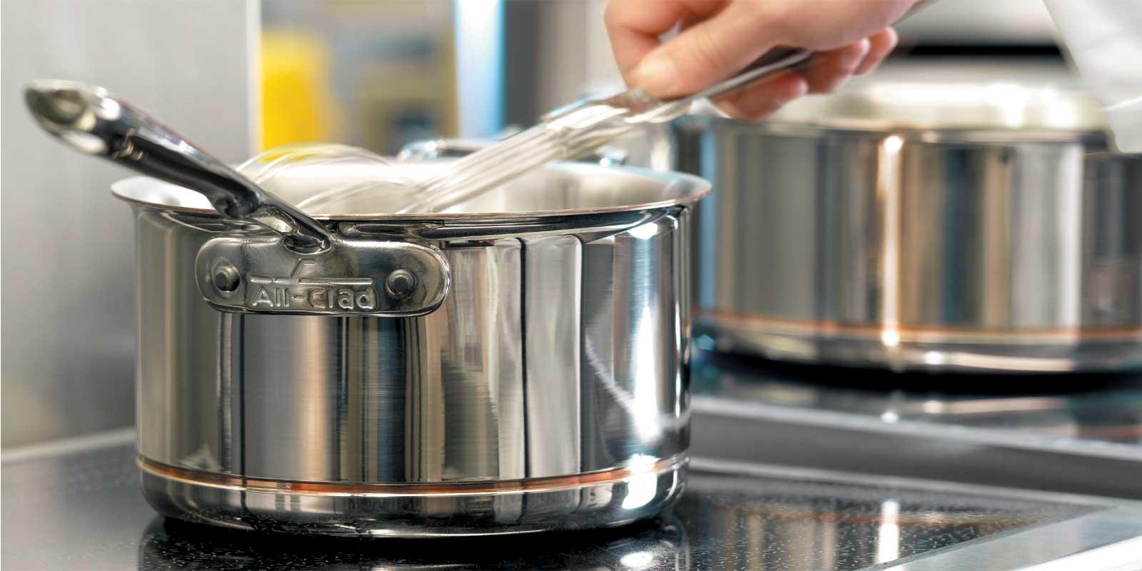 All-Clad Töpfe und Pfannen - Copper-Core® (Kupferkern) Diese Copper-Core®-Serie hat eine fünflagige Metallverbindung mit einem Kupferkern welcher die Wärmeleitfähigkeit und Wärmeverteilung maximiert. Die äußere Schicht ist aus Edelstahl zwecks Reinigung und Haltbarkeit.
