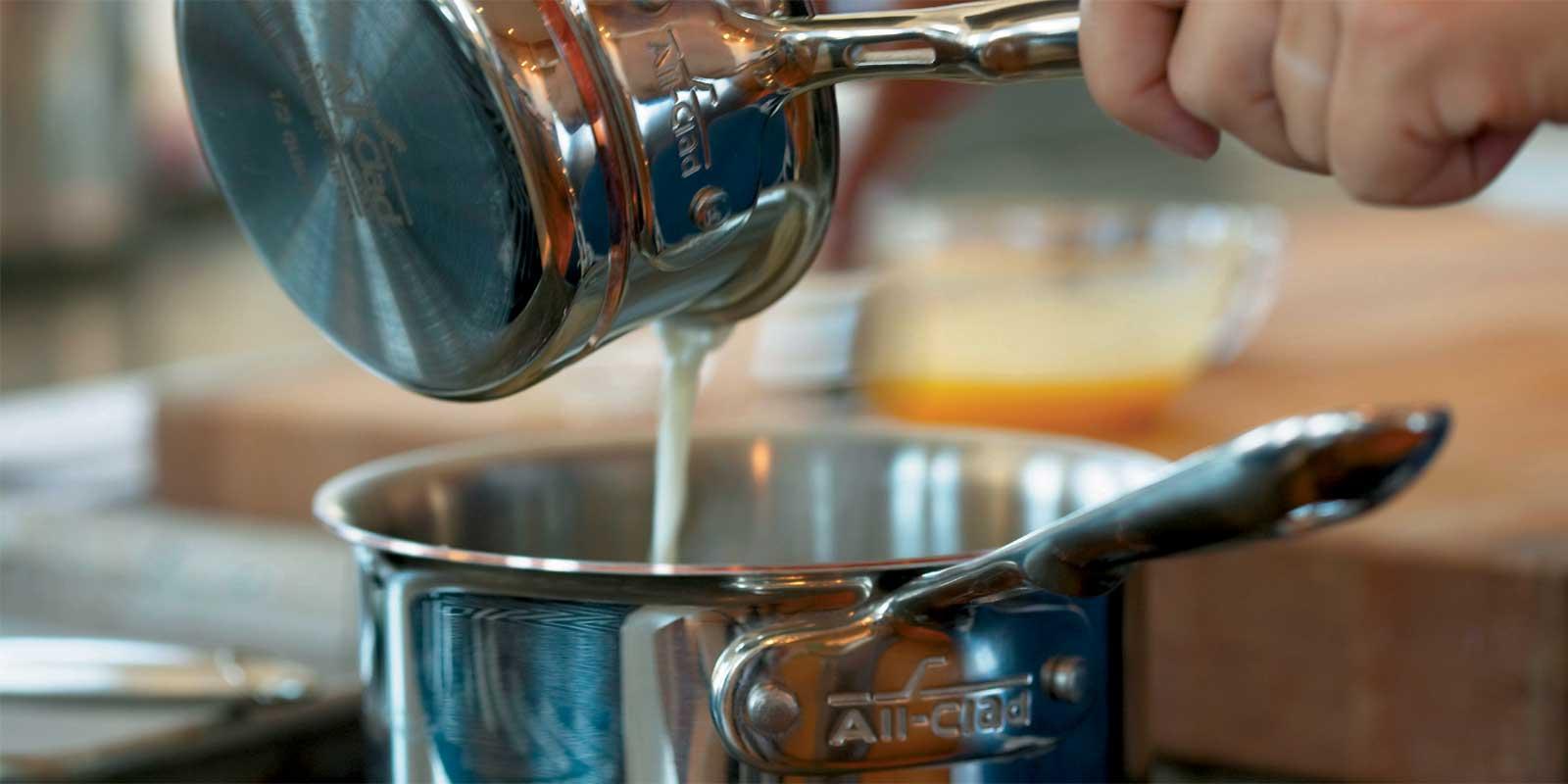 All-Clad Töpfe und Pfannen - d5 All-Clad präsentiert die nächste Generation Mehrschicht-Edelstahl-Kochgeschirr - Optimiert für Hochleistungs-Induktionsherde. Mit patentierter d5 Technologie, entwickelt und hergestellt in den USA, kombiniert den klassischen Stil der Stainless-Serie mit gesteigerter Performance und verbesserter Ergonomie.